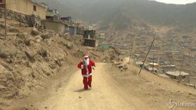 Perù, Babbo Natale a Lima per consegnare libri ai bambini