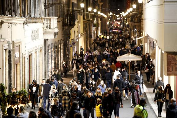 Assembramenti in centro, disposta dalle autorità una chiusura e controllo delle vie dello shopping