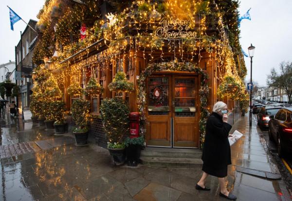 Le splendide decorazioni natalizie del Churchill Arms Pub di Londra