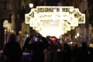 Gente in centro a Roma durante le feste di Natale