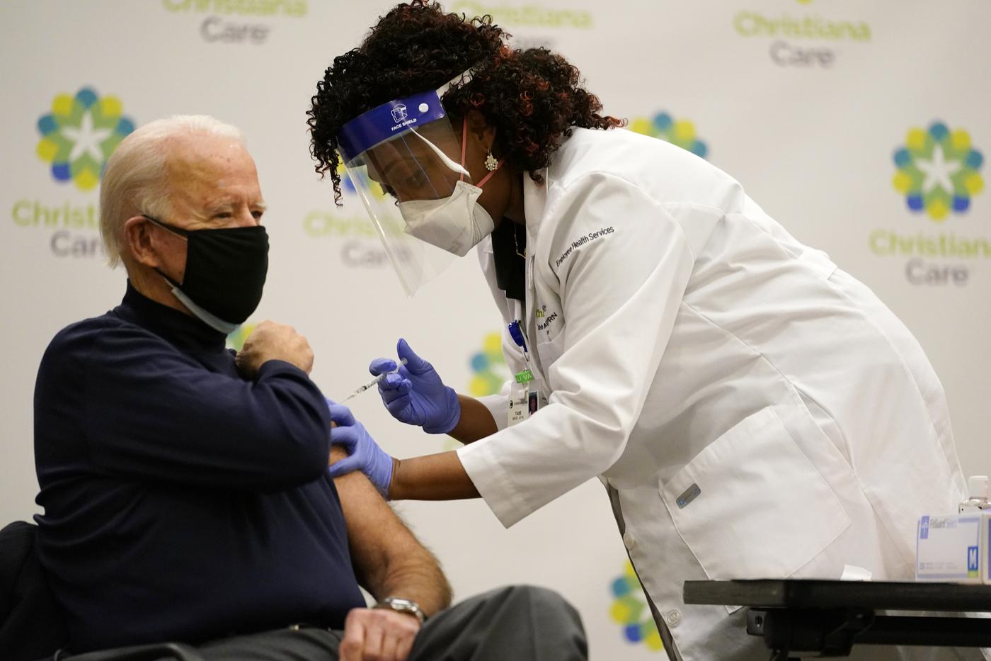 Covid, Joe Biden vaccinato in diretta tv negli Stati Uniti