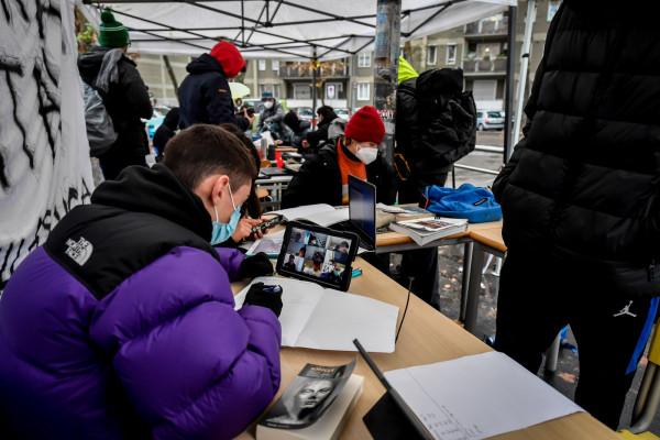 Milano, studenti del Liceo Severi Correnti fanno didattica a distanza all'esterno della scuola