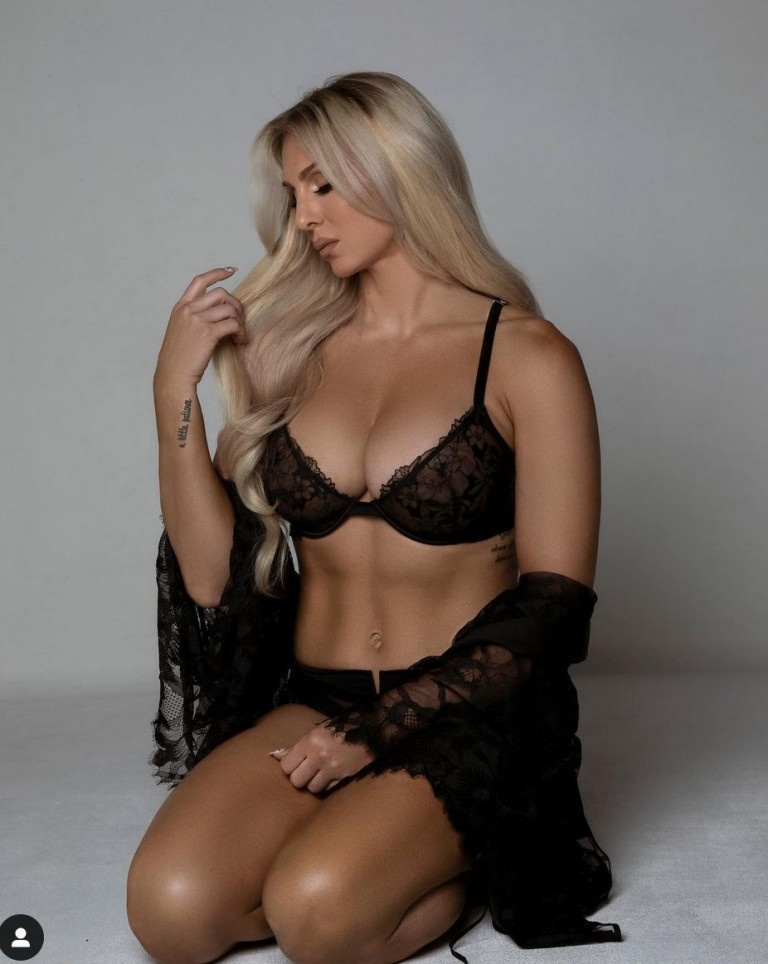 Charlotte Flair in intimo nero