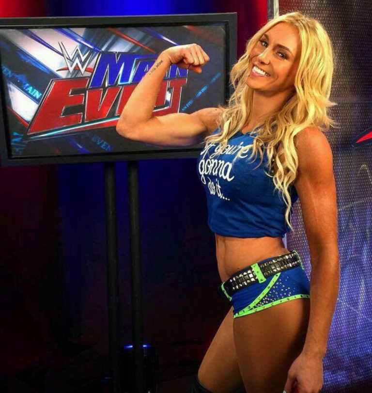 Charlotte Flair mostra i muscoli