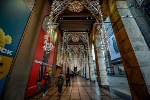 Coronavirus, vetrine dei negozi e luminarie natalizie nel centro di Milano durante la pandemia