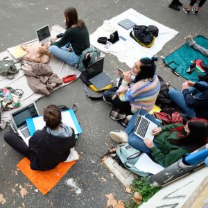 Roma, studenti manifestano davanti alla scuola elementare Giuseppe Parini per scuola in presenza