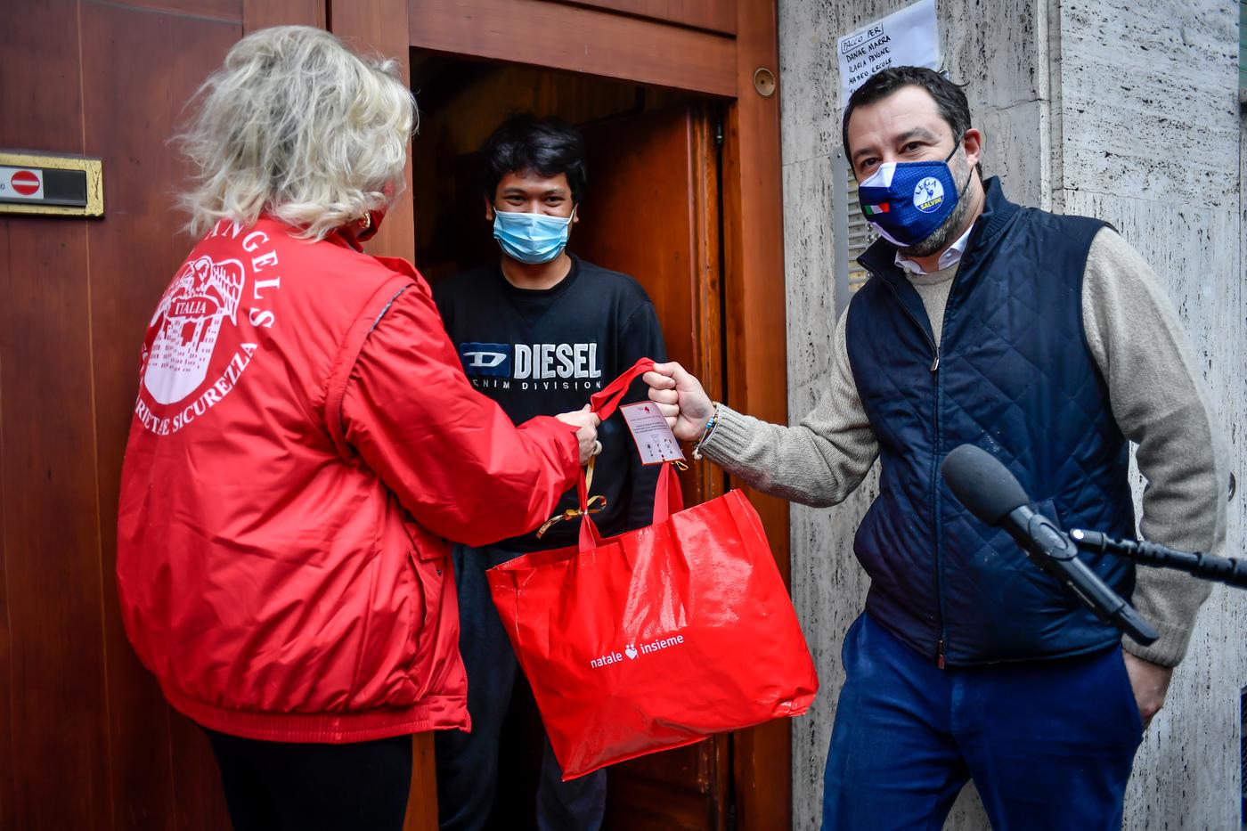 Matteo Salvini consegna pacchi alimentari a famiglie bisognose con i City Angels