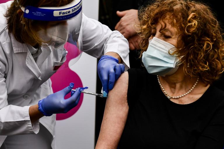 Vaccine day, in tutta Italia inoculate le prime dosi | FOTOGALLERY