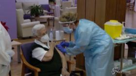 V-day in Spagna, una 96enne la prima vaccinata