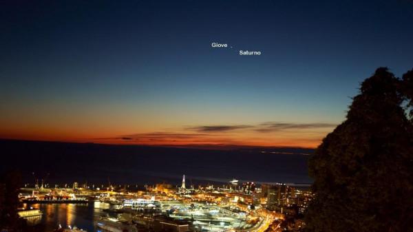 Genova, fotografata la stella cometa sopra la città