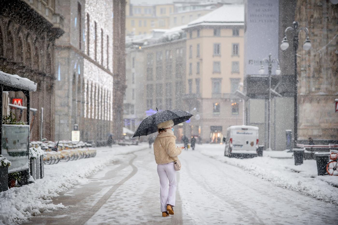 Milano si risveglia sotto la neve: le foto della città imbiancata