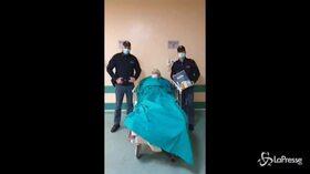 Pavia, poliziotti soccorrono anziana in difficoltà e le regalano un panettone