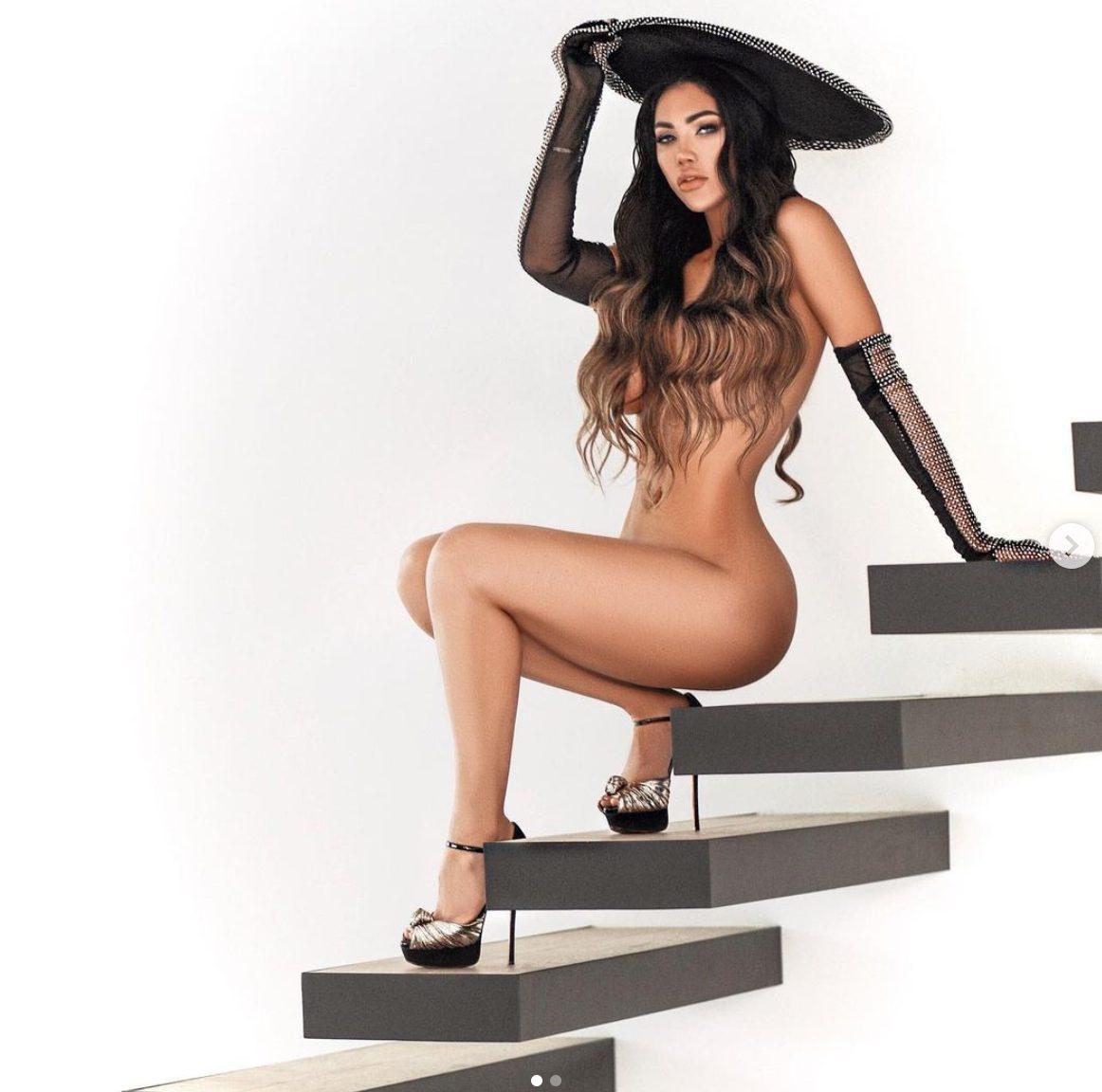 La bellissima Erika Gray nuda sulle scale