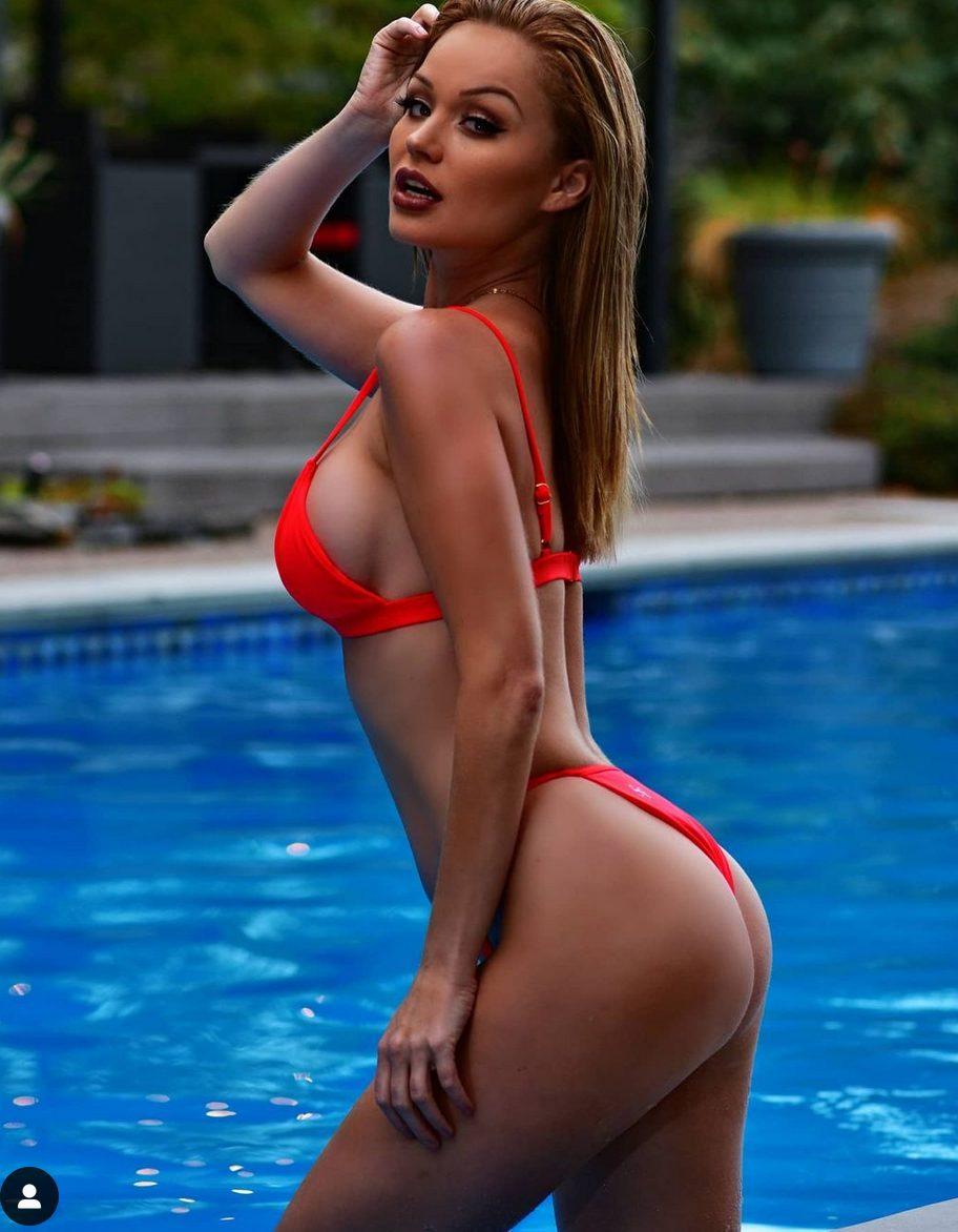 La modella Elyse Jean in piscina