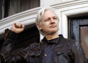 Tribunale britannico nega l'estradizione di Assange in Usa: Rischio suicidio