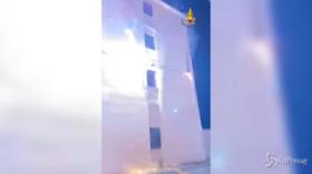 Trino Vercellese: il lampione va in corto circuito e nella via sembra ci siano i fuochi d'artificio