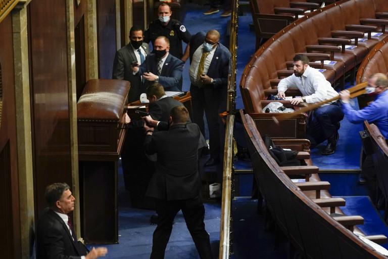 I fan di Trump fanno irruzione a Capitol Hill: Congresso sospende proclamazione Biden