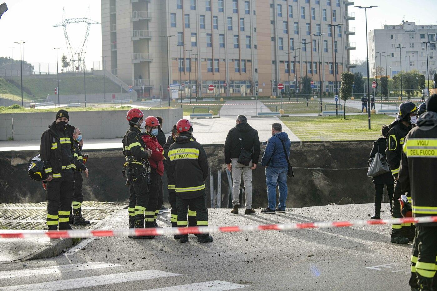 Maxi voragine nel parcheggio dell'Ospedale del Mare a Ponticelli