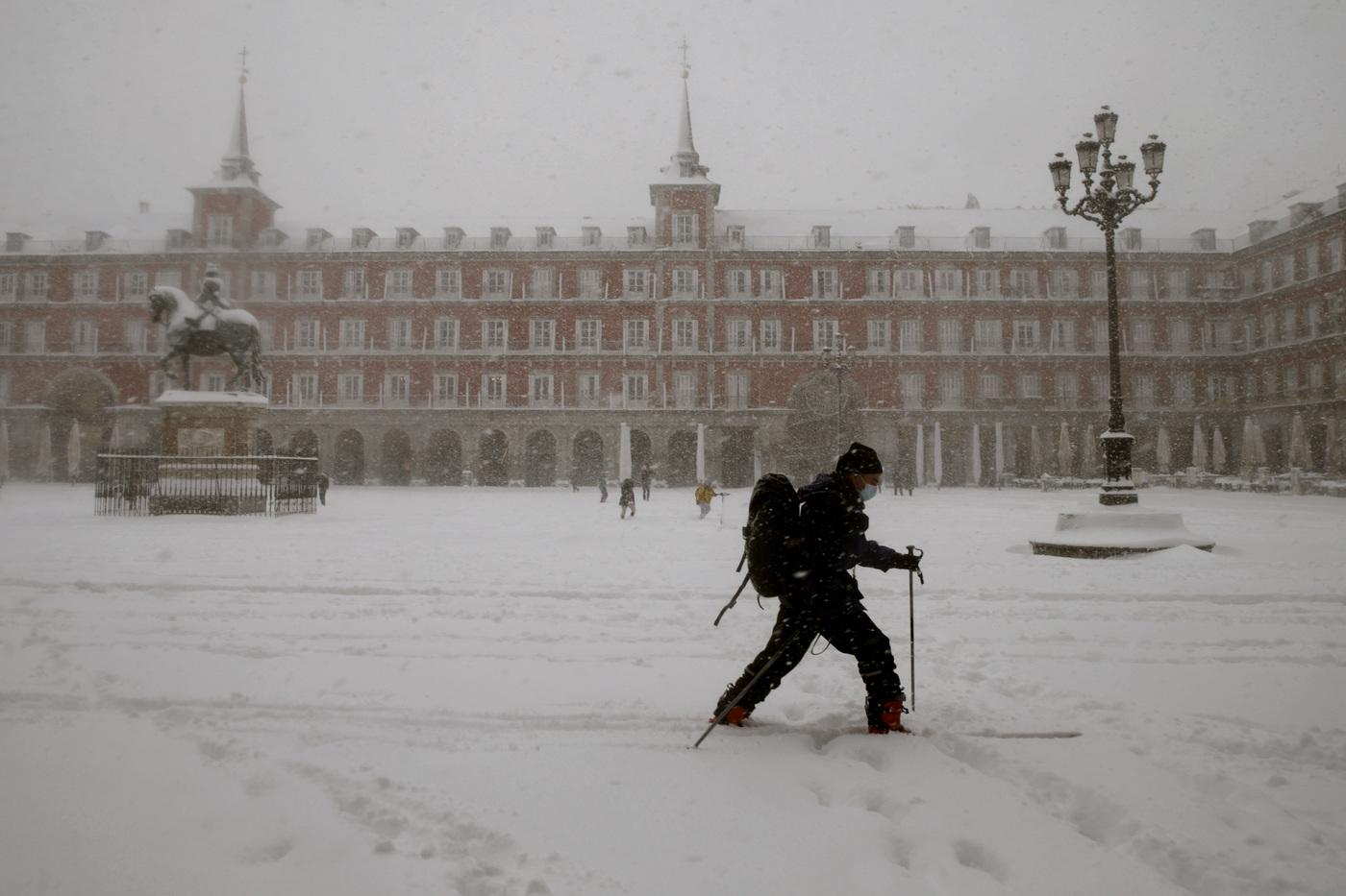 Maltempo in Spagna, Madrid sommersa da neve e ghiaccio