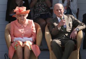 La regina Elisabetta con il principe consorte al Guards Polo Club