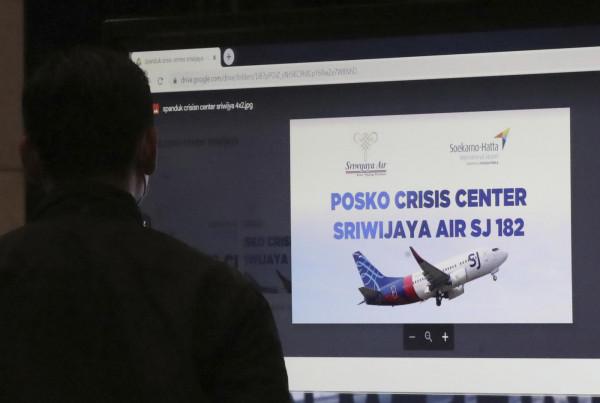 Indonesia, ritrovate le scatole nere e resti umani e detriti dell'aereo caduto