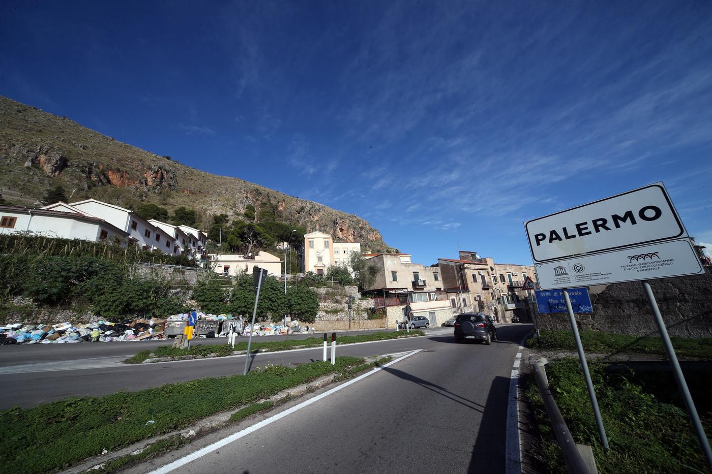 Palermo sommersa da rifiuti, tonnellate d'immondizia in strada