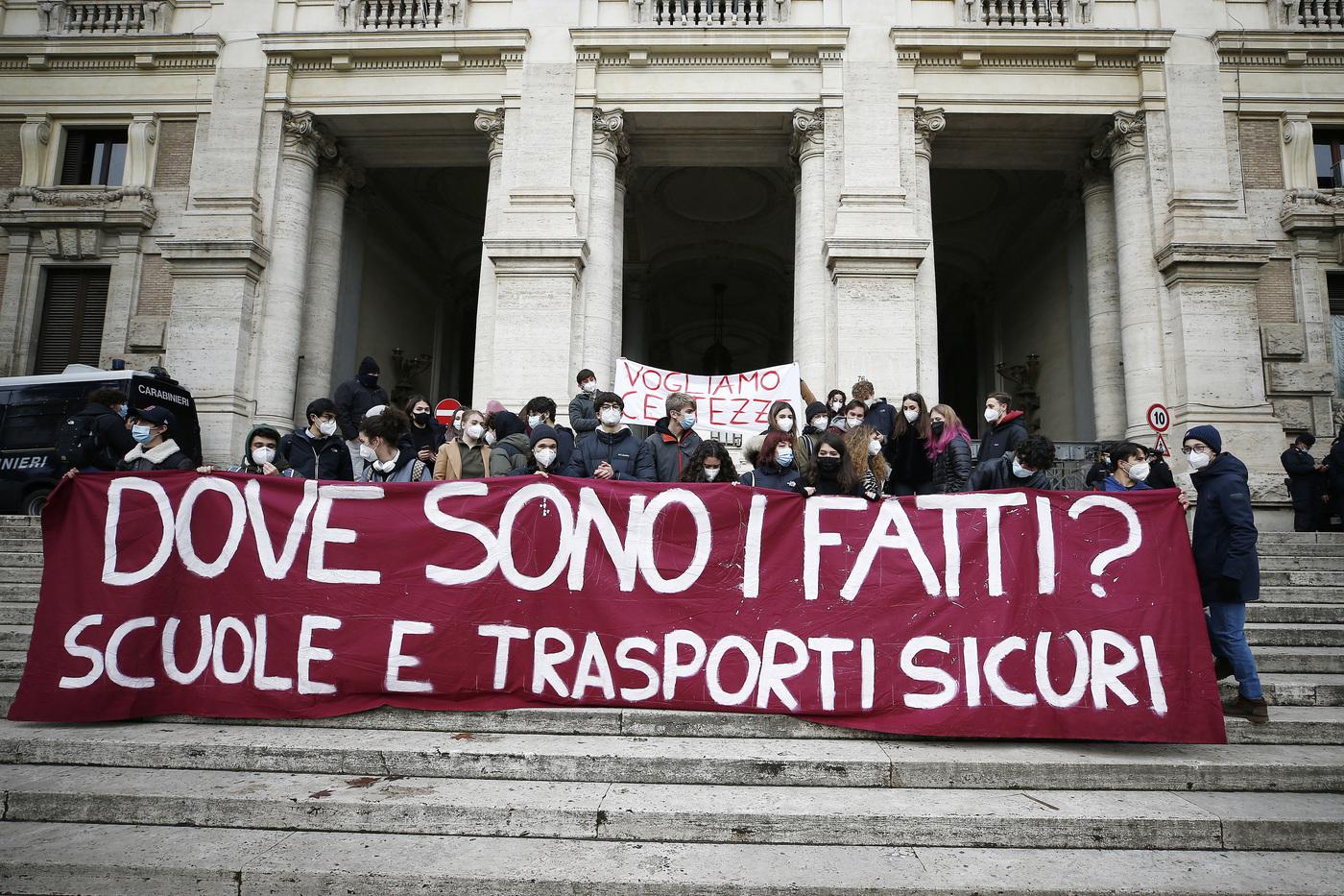 Scuola, a Roma studenti delle superiori protestano davanti al Ministero dell'Istruzione
