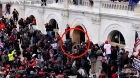 Assalto a Capitol Hill, il video dei rivoltosi che pestano e trascinano un poliziotto