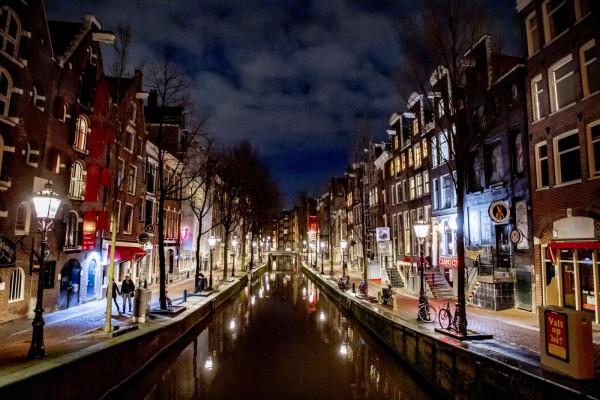 Il quartiere a luci rosse di Amsterdam deserto per il lockdown