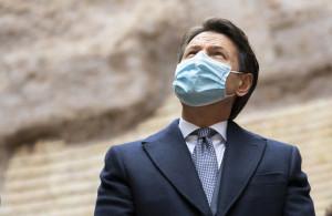 Il Presidente del Consiglio, Giuseppe Conte, passeggia verso Palazzo Chigi