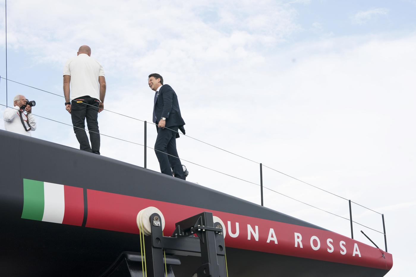 Giuseppe Conte sulla barca di Prada Luna Rossa nel cantiere di Cagliari