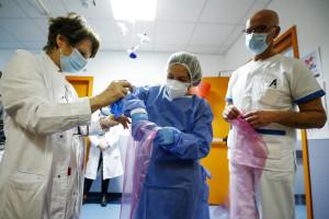 Roma, la tenda degli abbracci al Nuovo Ospedale dei Castelli che permette ai pazienti di avere contatti con i familiari