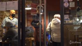 """#IoApro, a Milano arriva la polizia in un ristorante aperto: """"Schedano i clienti, ma andiamo avanti"""""""