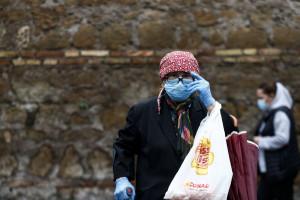 Coronavirus, distribuzione delle mascherine protettive da parte dei volontari della chiesa Cristiano Evangelica Cinese a Roma