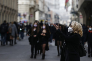 Roma, ultimi acquisti natalizi a via del Corso