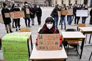 Scuola, a Torino studenti protestano contro la didattica a distanza