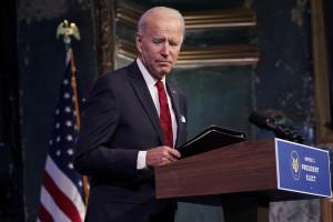 Il presidente eletto Joe Biden se ne va dopo aver parlato a un evento al Queen Theatre