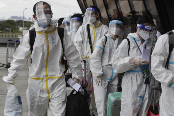 Aeroporto Manila, passeggeri in fila attendono volo per la Cina