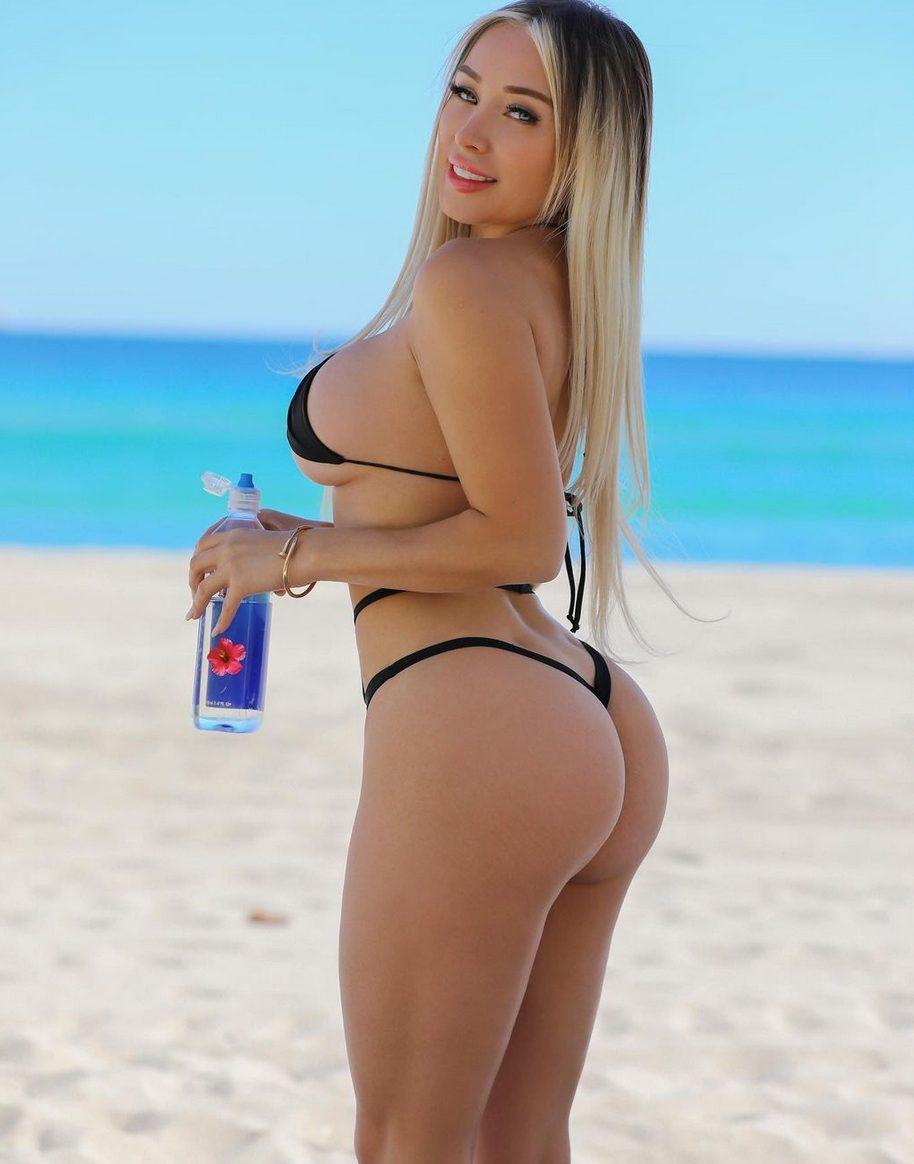 Daniella Chavez bikini in spiaggia