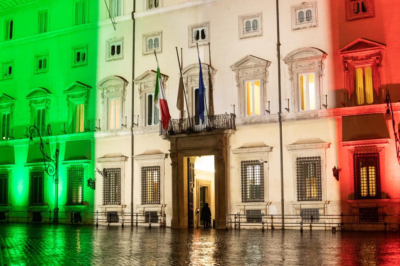 Palazzo Chigi illuminato con il tricolore