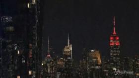 Usa commemorano vittime covid, l'Empire State Building diventa un cuore pulsante