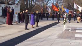 Usa, Biden e Harris al cimitero Arlington: fiori sulla tomba del milite ignoto
