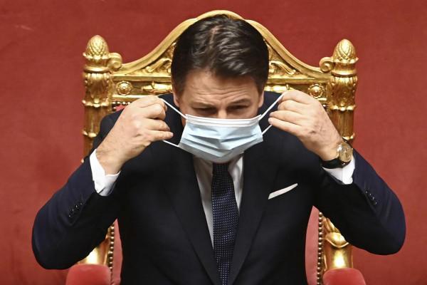 Giuseppe Conte indossa la mascherina