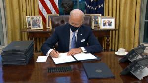 Biden firma il primo provvedimento