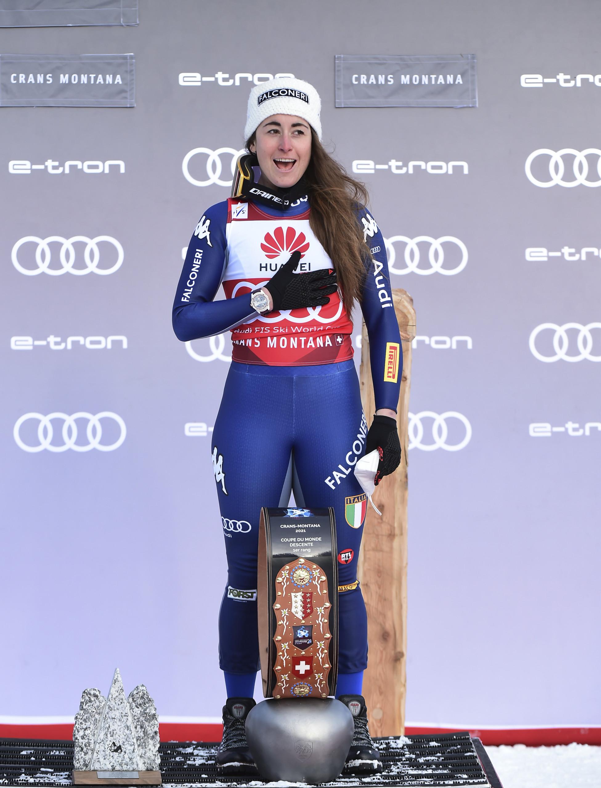 Sofia Goggia festeggia sul podio