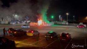 Coronavirus, Olanda: giovani violano coprifuoco e danno alle fiamme centro per tamponi