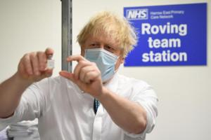 Boris Johnson assiste alla preparazione di una dose del vaccino Oxford/Astra Zeneca