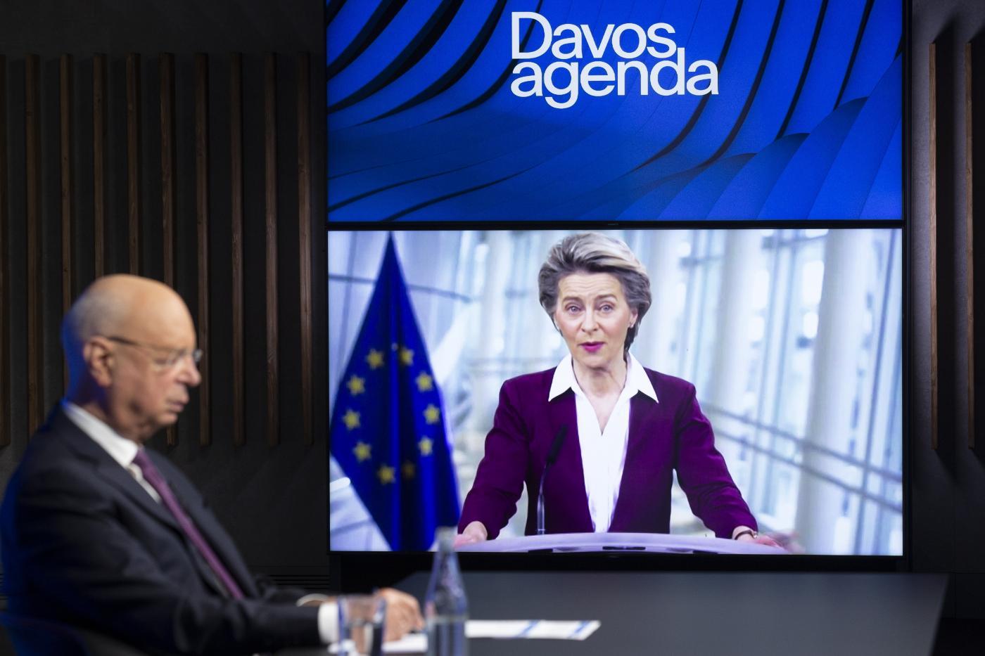 Klaus Schwab, fondatore e presidente esecutivo del World Economic Forum, WEF, ascolta il presidente della Commissione europea Ursula von der Leyen