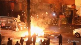 Olanda, proteste antilockdown ad Haarlem: roghi e scontri con la polizia