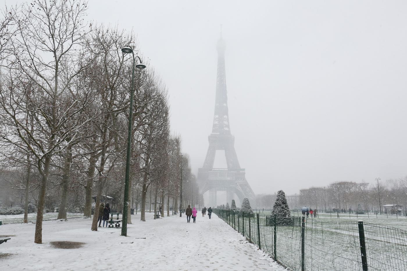 Fitta nevicata a Parigi durante il lockdown